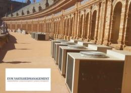 Foto: airconditioning op monumentaal pand in Sevilla. Onbegrijpelijk dat de buitenunits zo zichtbaar zijn neergezet!